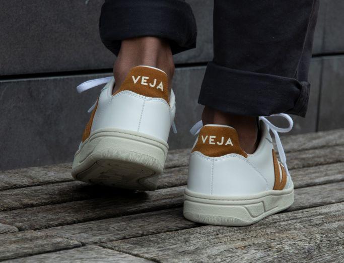 Veja V-10 Leather extra white camel